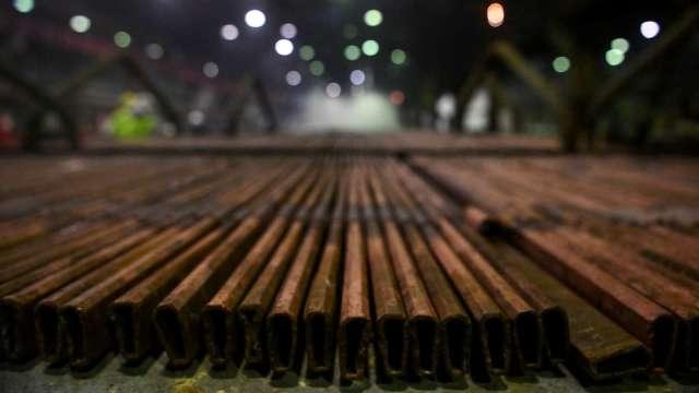 美國鋼鐵暴跌近8% 產能過剩陰霾籠罩 (圖片:AFP)