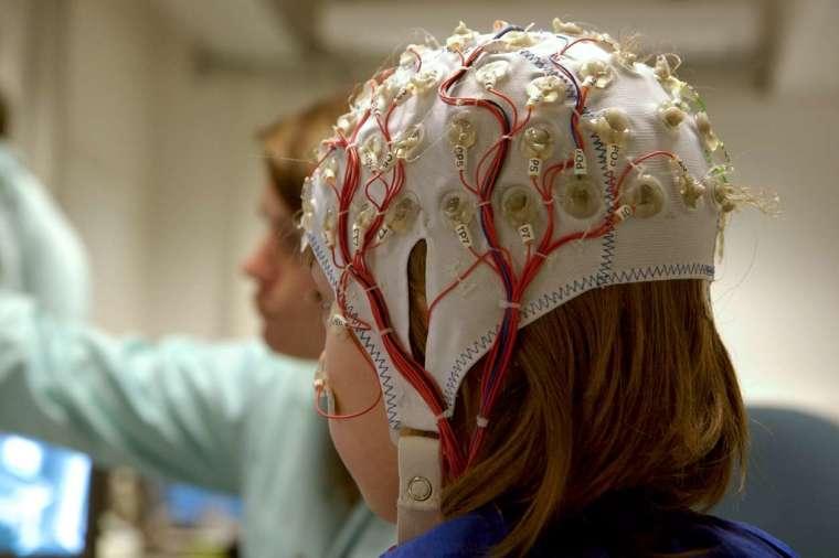 量測腦電波時,受試者需要戴上多個電極的帽子,以非侵入的方式量測頭皮電位。 圖│iStock