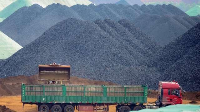 鐵礦砂價格崩跌 澳三大礦業巨頭市值蒸發逾千億美元 (圖:AFP)