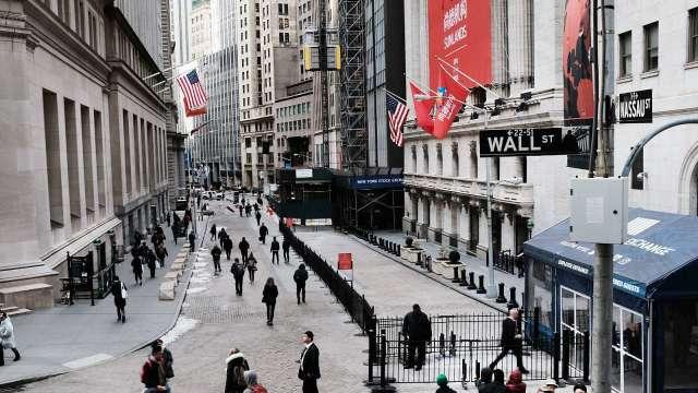 市場極度恐慌!道瓊週一盤中暴跌超過700點 (圖片:AFP)
