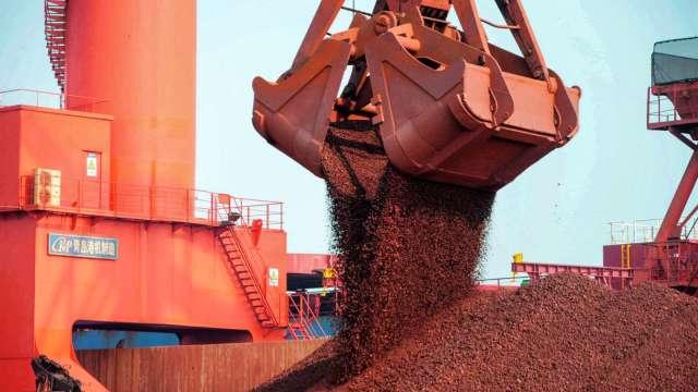 〈商品報價〉BDI、BCI齊創12年新高 鐵礦砂自5月高點腰斬。(圖:AFP)