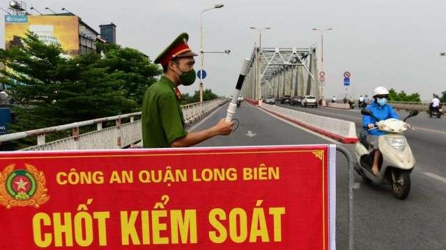 購物季將至 越南疫情仍未好轉 製造業被迫生產外移(圖:AFP)