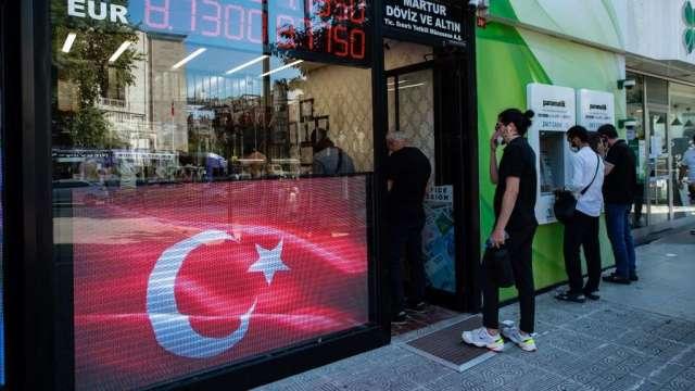 土耳其央行意外降息100個基點 里拉急貶觸及歷史低點(圖:AFP)