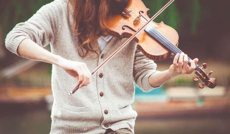 音樂人工智慧的研究範疇,除了理解音樂天才如何聽音樂以外,還有音樂演奏家如何「詮釋」音樂。 圖│Clem Onojeghuo