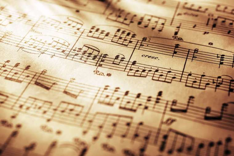 從最常使用記載樂曲的五線譜來看,接起每一個音高才會組成一段旋律,若依照標準樂譜所演奏的樂曲中,音高該上揚,還是下降,是不會被演奏者影響及改變。 圖│iStock