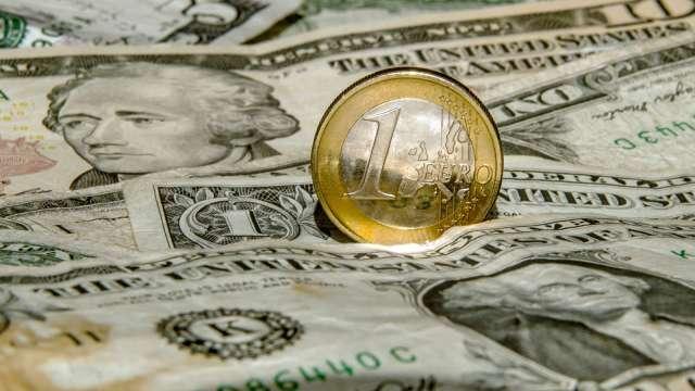 投機者增持美元多頭 再減看多歐元、英鎊押注 (圖:AFP)