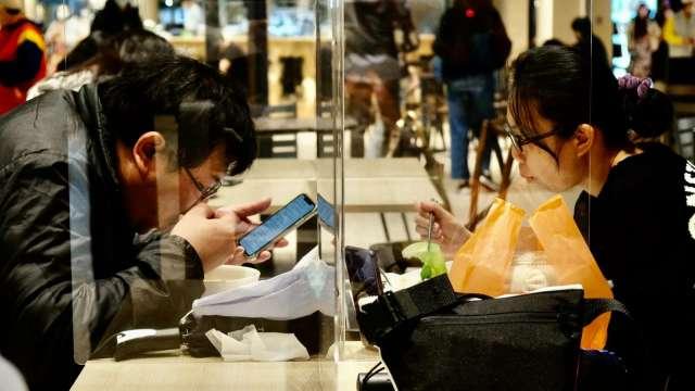8月營業額兩樣情,批發業攀新高、餐飲業寫同期低。(圖:AFP)