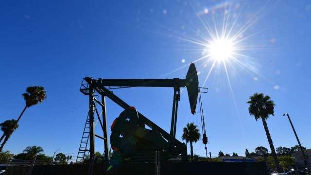 布蘭特原油亞洲盤突破80美元 全球能源荒撼動市場 (圖:AFP)
