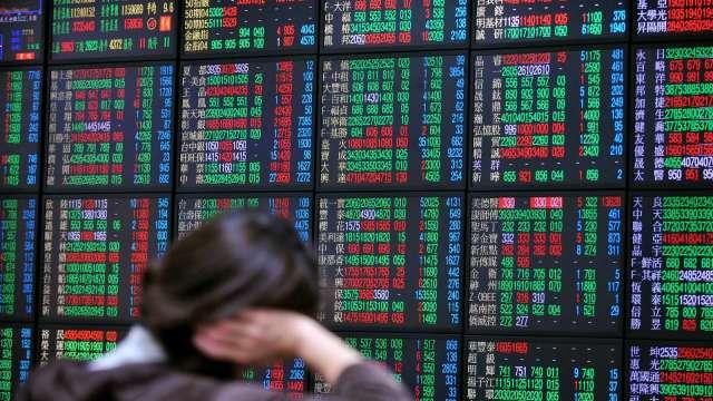 台股摜壓退守17100點 外資終止連3買 三大法人賣超154.12億元。(圖:AFP)