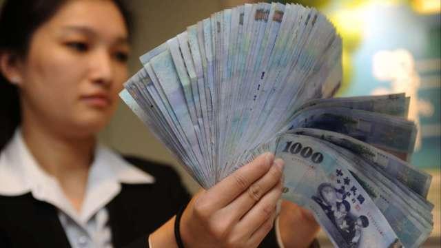 〈台幣〉外資閃人貶勢煞不住 重貶逾1角收28.152元。(圖:AFP)