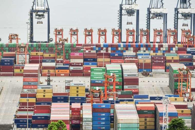 颱風攪局,中國深圳鹽田港持續陷入塞港危機 (圖片:AFP)