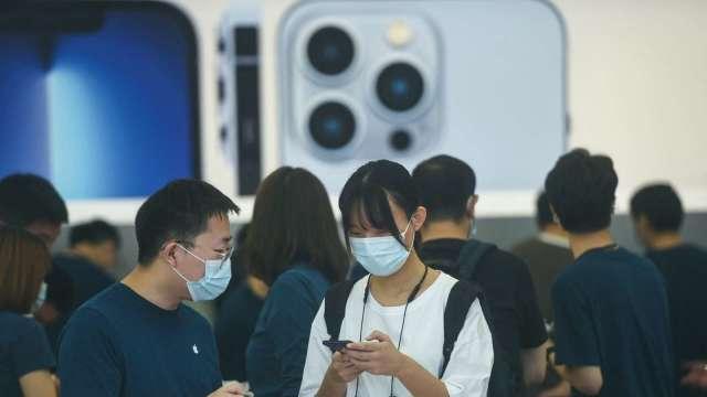 供應鏈出貨拉警報 彭博:蘋果今年iPhone 13生產目標將下修多達1000萬支(圖:AFP)