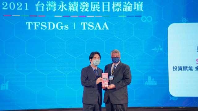 副總統賴清德(左)頒獎,由元富證董事長陳俊宏(右)代表授獎。(圖:元富證提供)