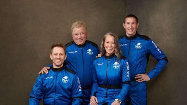「星艦迷航記」飾演寇克艦長(後左)登上太空 (圖片:AFP)