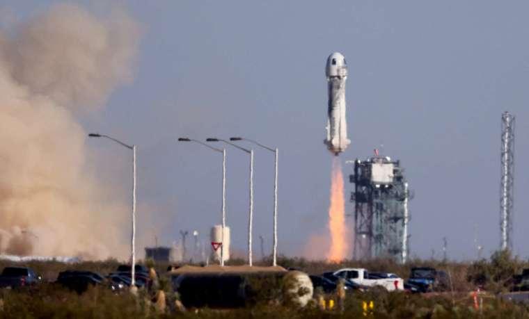 熱門經典電視影集「星艦迷航記」飾演寇克艦長 (James T. Kirk) 的男星威廉沙特納 (William Shatner) 與藍色起源 NS-18 火箭的組員一同上太空 (圖片:AFP)