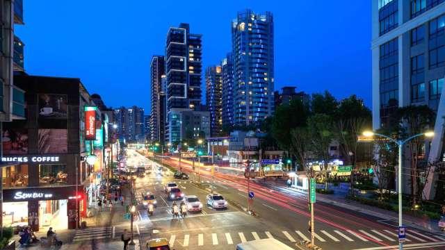 新店市公所站擁有新店行政園區與國民運動中心,又有富人聚落五峰重劃區,商圈生活機能成熟。(圖:業者提供)