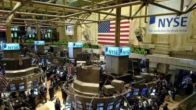 〈美股早盤〉銀行股財報、經濟數據報喜 道瓊開盤大漲400點 (圖:AFP)