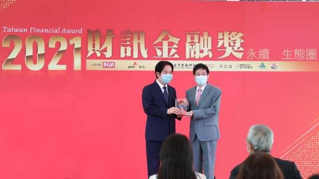 賴清德副總統(左)頒發「金控永續獎」金質獎最高殊榮,由玉山銀行黃男州董事長(右)代表受獎。(圖:玉山金控提供)